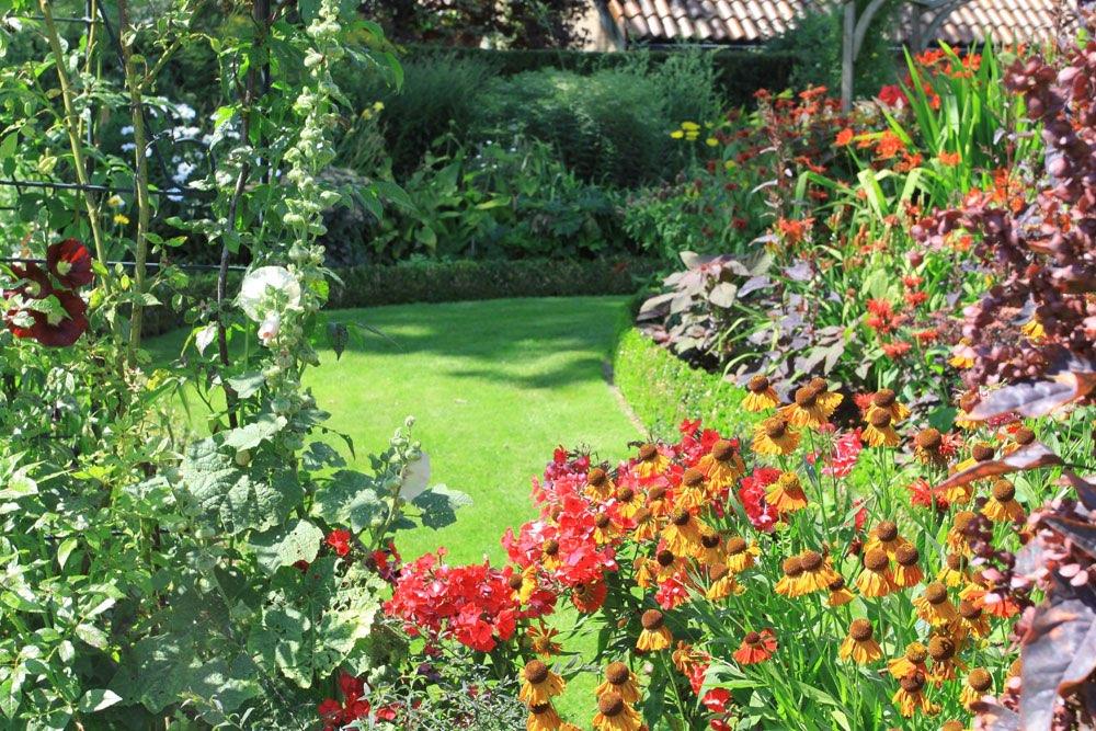 tuin met bloemen doorkijkje op grasveld. Black Bedroom Furniture Sets. Home Design Ideas