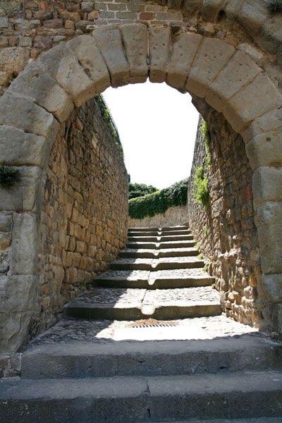 Ronde boog van steen met trap naar boven for Trap naar boven