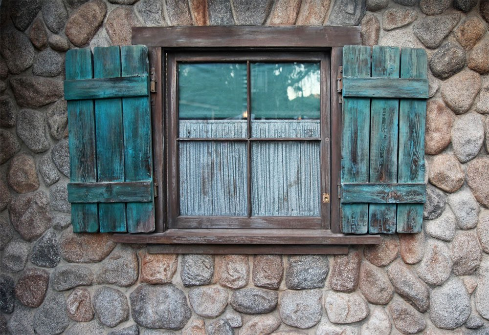 Huisje van keien raam met groene luikjes