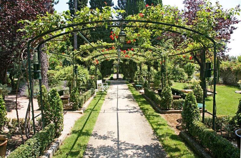 Doorkijk rozenboog in franse tuin versie 3 for Franse tuin